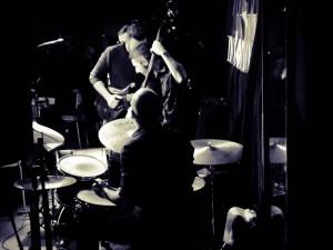 Guillermo Brutto + Spinning trío en Notorious - Paulo Cavoli: guit - Guillermo Brutto: voz y guit - Nicolás Ojeda contrabajo - Leandro Trigo batería